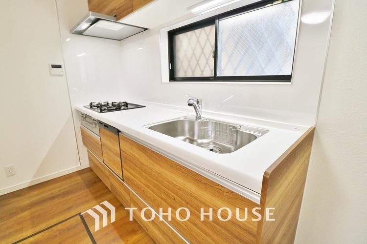 「設備充実・キッチン」食洗機付きシステムキッチン。窓が設置されているので通気性と明るさを取り入れられます。