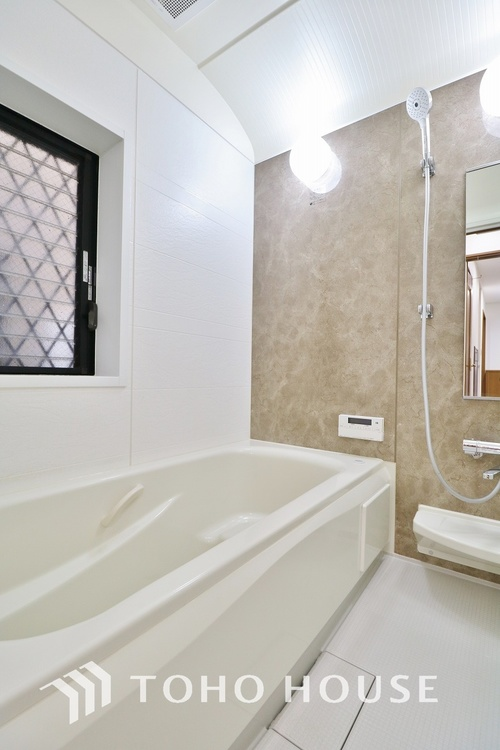 癒しの空間バスルームです。窓が設置されている為、通気性良く清潔にお使い頂けます。