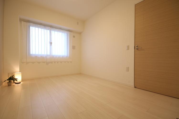 置く家具を選ばないシンプルな内装です