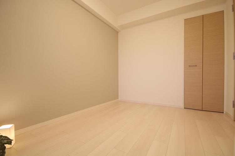 一部壁面に施したアクセントクロスが、さりげなく空間を彩ります