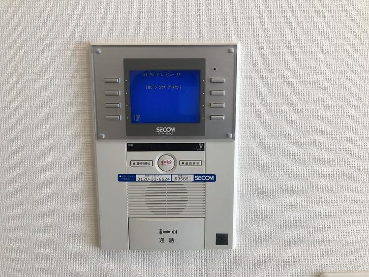 テレビモニター付きドアホンで訪問者の姿が確認でき、急な来客時も安心です