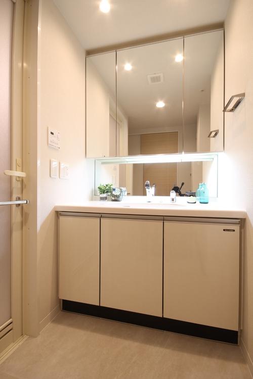 低い位置にも鏡が配置されており、小さなお子さんも使いやすい洗面台です