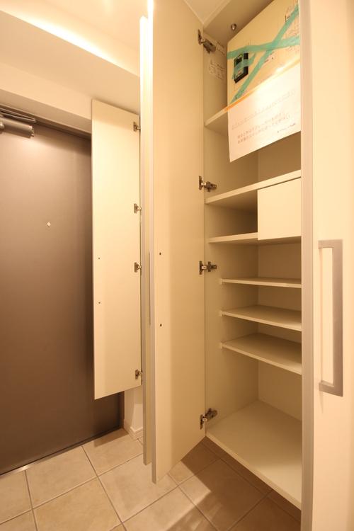 下足入れ内に傘も収納できるので、すっきりとした玄関を保てます