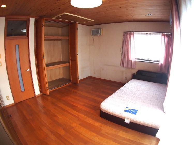 たっぷりと入りそうな収納がある洋室はお部屋の空間がすっきりと片付きますね。