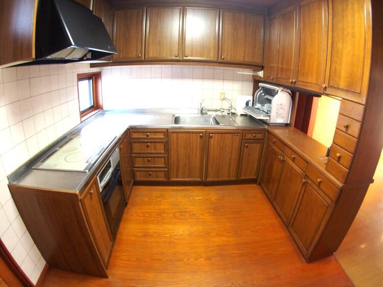 収納スペースたっぷりで機能的なコの字型のキッチンはお料理もはかどりそうですね。