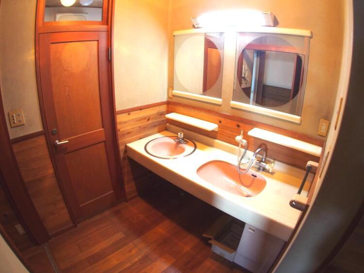 洗面台が2つあるハンドシャワー付きの便利な洗面室。朝の忙しい時間帯もご家族がスムーズに準備できますね。
