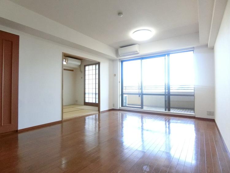 大きな窓から明るい採光がお部屋に差し込みます。