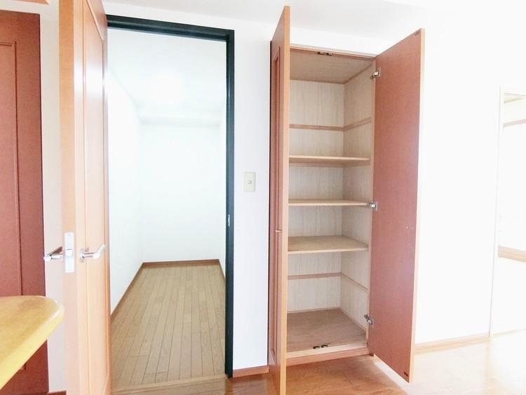 リビングには間仕切りされた棚と収納があり便利です。