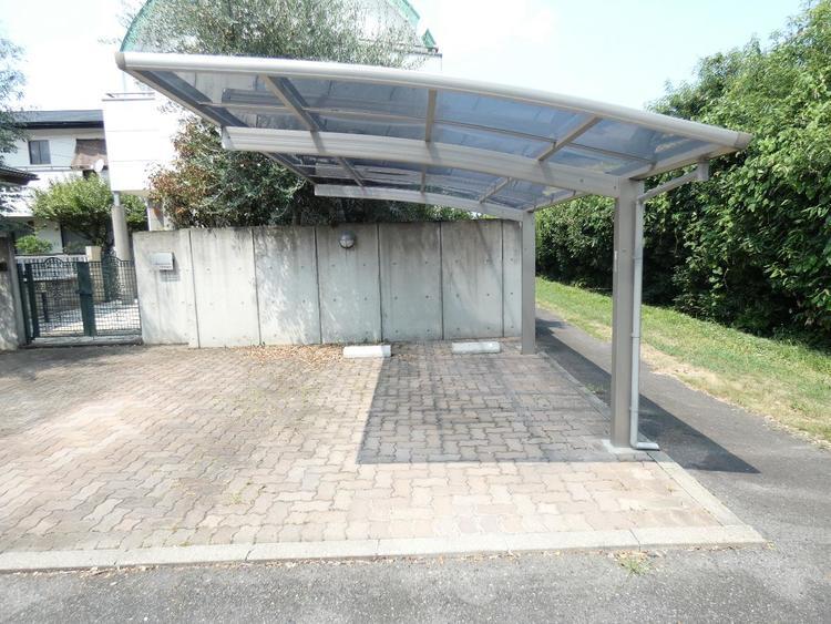 屋根付きの駐車場です。