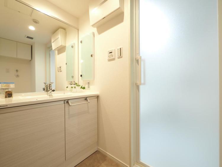 平日の朝であっても、落ち着きと寛ぎを感じられる洗面室。スムーズに身支度が完了します。