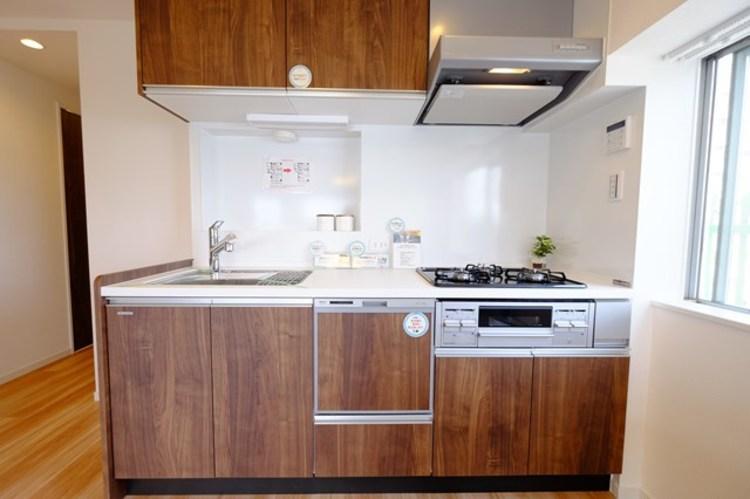 お洒落な内装に似合うスタイリッシュなキッチン。見た目と機能性のバランスが大事なポイントです。