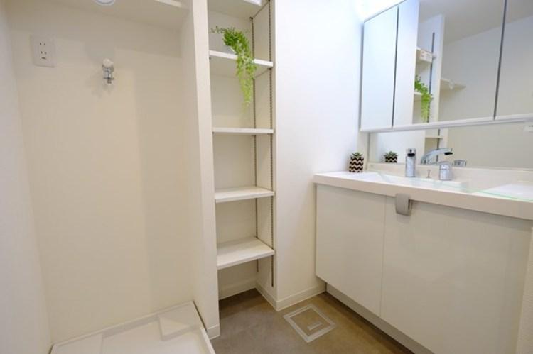 洗面所には備え付けの収納を採用。バスタオルやバスグッズや予備の洗剤などを収納するのに便利です。