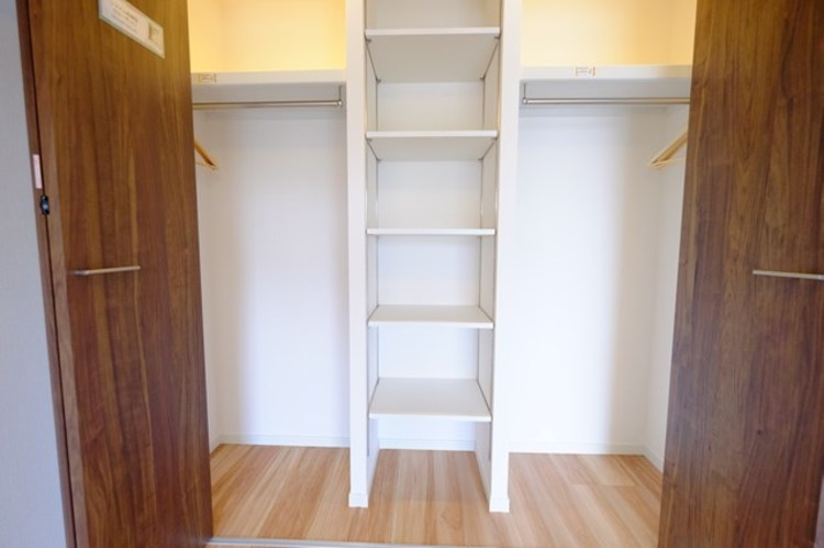 各部屋にはクローゼットを完備しております。収納が多いお家はすっきりして快適空間です。