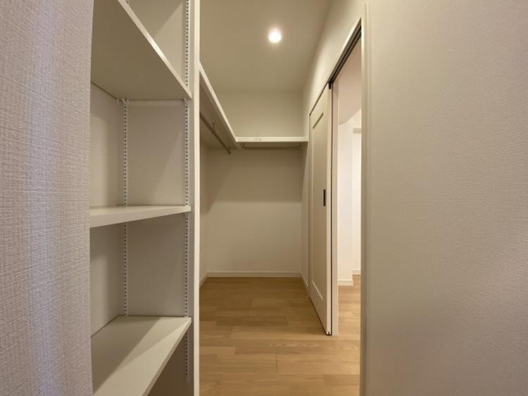 ひと目で収納物を確認できるウォークインクローゼットは、ゆとりの広さを備えた大型収納。数多くの衣類に加え、足元には引出しや衣装箱、シューズボックスなども収納することができます。