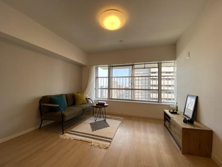 リビングには大きな窓。太陽光が降り注ぐ気持ちのいい空間に家族みんなが集います。家族を温かく包み込んでくれる邸宅は、住むほどに愛着が生まれます。