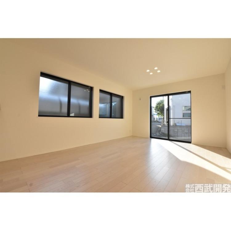 床暖房付きのLDKは自然と家族が集まる空間になります。風を起こすことなく部屋を暖めるので、ほこりを巻き上げない優しい暖房設備です。