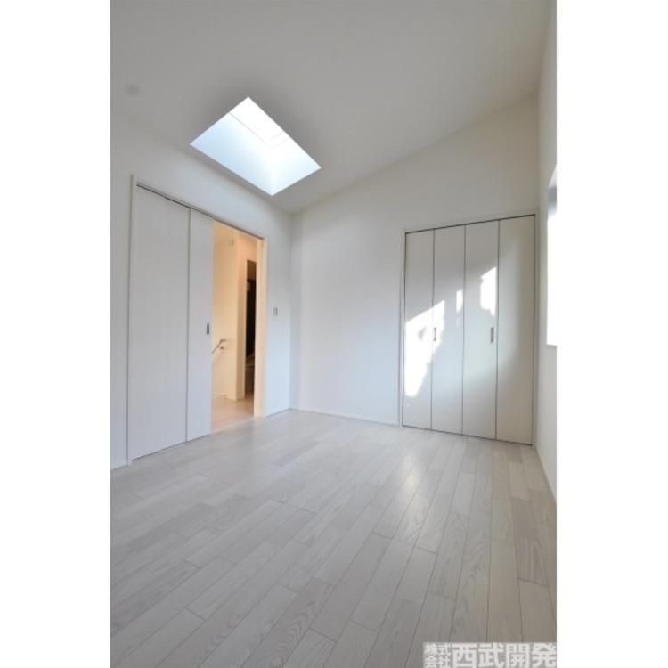 洋室6帖は勾配天井、トップライトもあり。心地よさに快適な暮らしを期待させるくれます。