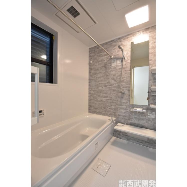 換気乾燥機付きの浴室は、雨の日でも洗濯物ができるのでとても便利です。梅雨の時期でもこれで安心ですね。