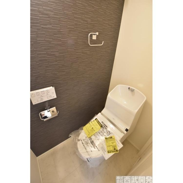 2階トイレ、アクセントクロスを使うことによって印象がガラっと変わりますね。