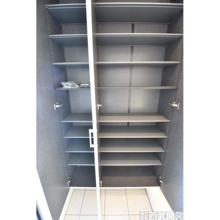 大きなシューズクローゼットは収納豊富。中の棚板は可動式なのでブーツや長靴なども楽々収納できます。