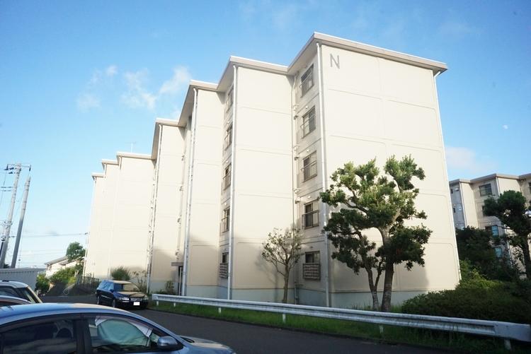 西武郊外マンション湘南鷹取台N棟 外観です。