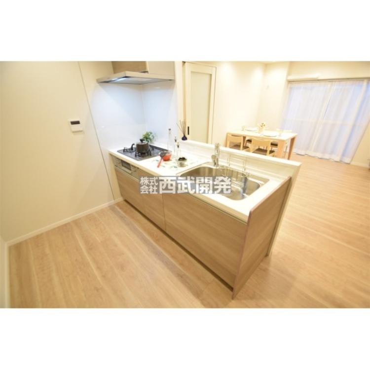 料理をしながらリビングで遊ぶお子様の様子を見守ることができる対面キッチン。