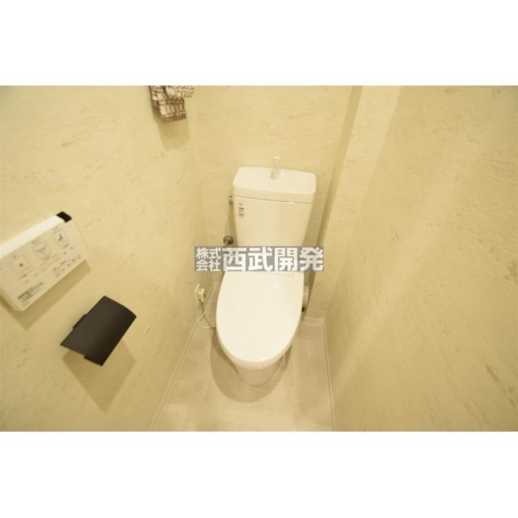 白を基調とした清潔感のあるウォシュレット付きのトイレはリラックスできる空間です。