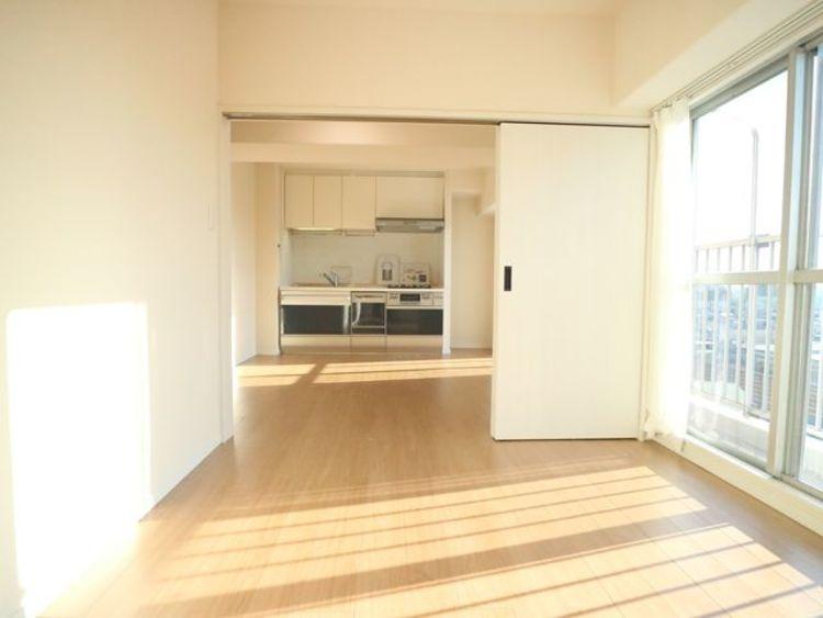 隣接するリビングとの色味を合わせながら、落ち着きのあるシンプルなお部屋をご用意。明るく開放感のある空間に。