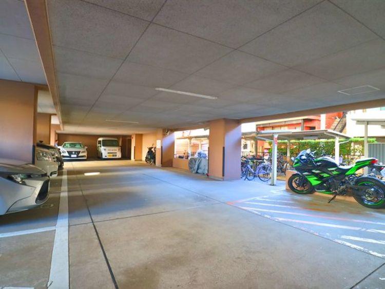 敷地内駐車場・バイク置場完備。(現在空無)