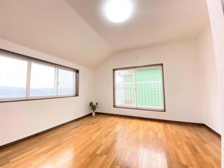 7.5帖の洋室です。大きな窓が2面あるので明るく風通しも良好です。