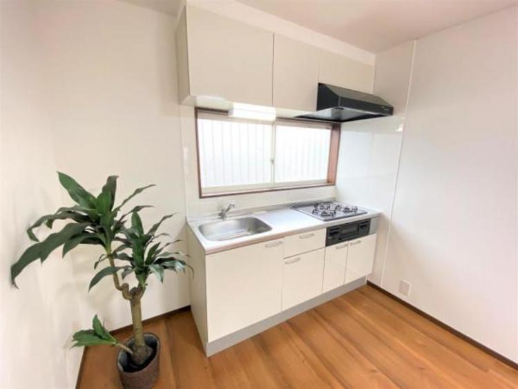 キッチンには大きな窓が付いていて明るく換気もできます。