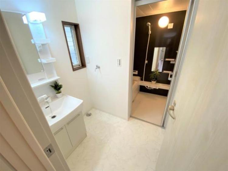 明るく清潔感のある洗面室と温かみがあって落ち着ける浴室です☆