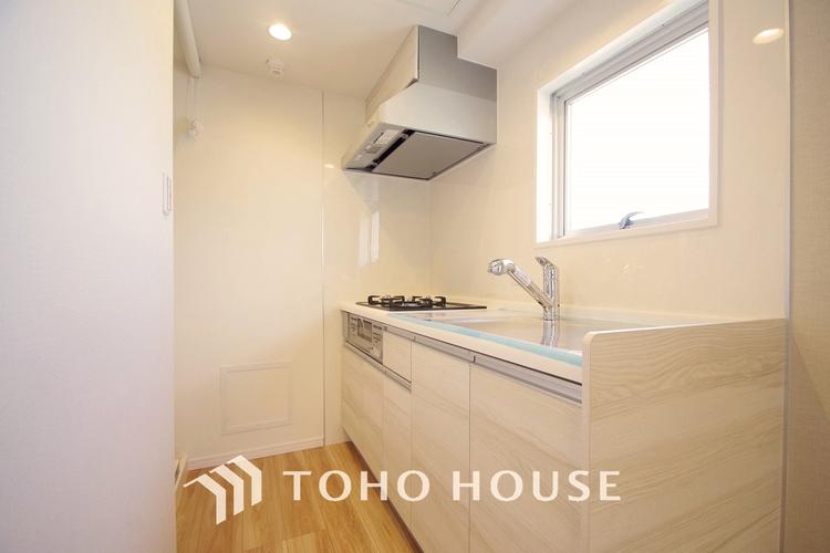 空気がこもりやすいキッチンも小窓を設けることで、明るさと換気性もアップ