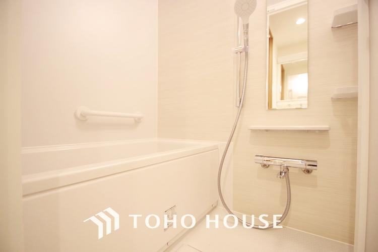 ホワイト調のお風呂には追い焚き機能つきで一日の疲れを癒す時間を過ごせます