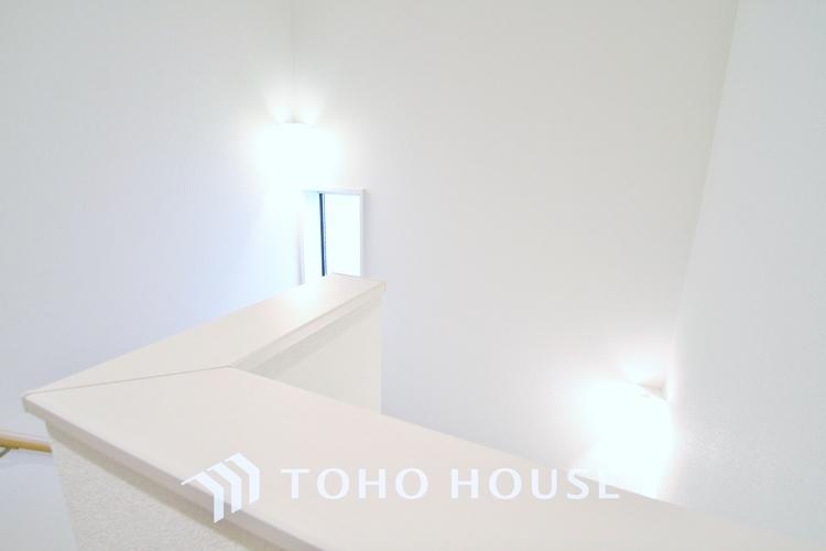 〜階段・廊下〜 ご家族皆さんが使いやすく、安心安全な手すり付き階段には採光窓を設置しているので温かな陽光を取り入れることができます。
