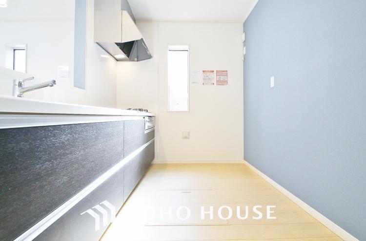 〜窓のあるキッチン〜 コンロ横にはスリット窓を設置することで、通気性と明るさを取り入れました。閉塞感を全く感じないキッチンスペースです。