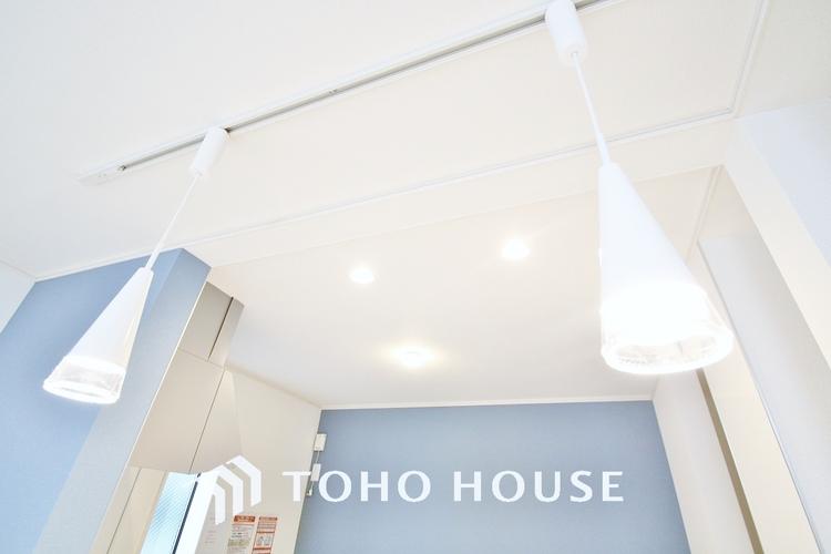 〜ダウンライトでお洒落を演出〜 天井に設置されるので空間が広く感じられ、機能性とインテリア性が高く空間をフレキシブルに活用できます。