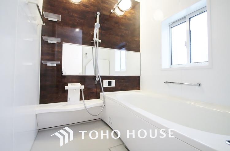 〜浴室〜 白を基調としたシンプルながらも清潔感の溢れる浴室には追い炊き機能・浴室乾燥機付き。もちろん小さなお子様と入っても広々使えて癒しのバスタイムになりますよ。