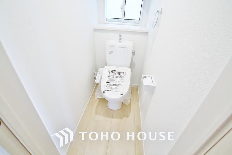 〜リフォーム済・トイレ〜 清潔な印象のトイレにリフォーム済みです。もちろん温水洗浄便座付きで機能性も兼ね備えています。