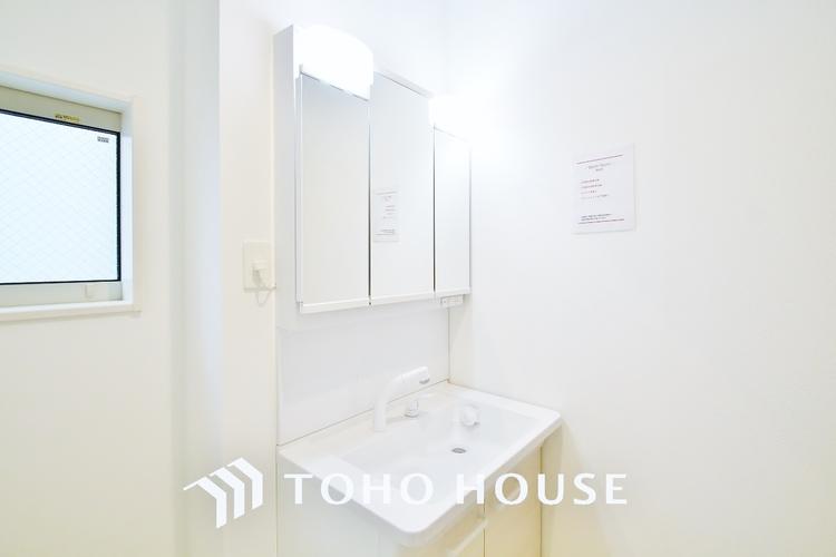 〜洗面台〜 収納力と機能性に優れたお手入れラクラク洗面化粧台。大きな鏡で毎日の身支度もスムーズになります。
