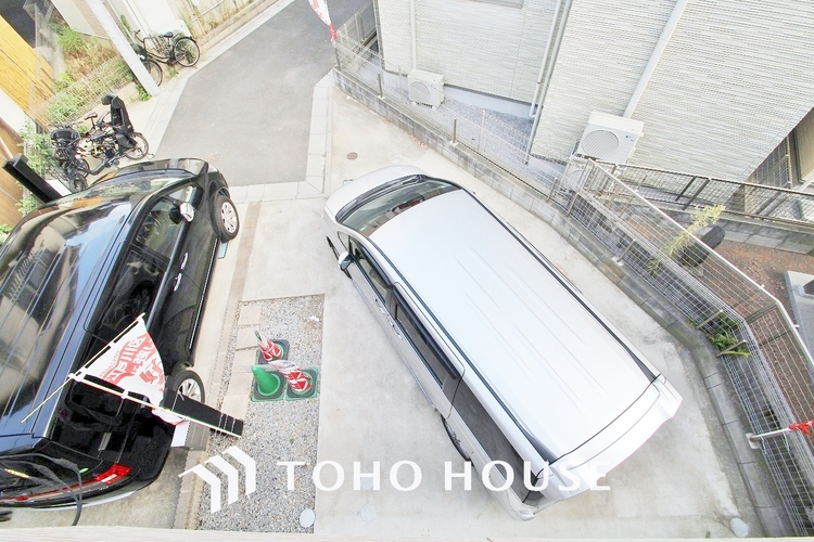〜カースペース〜 駐車場付きの一戸建てですので、マンションと違い目の前に愛車を置いておくことができます。