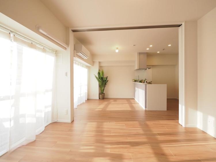 室内には豊かな陽光が注ぎ込み、爽やかな住空間を演出。