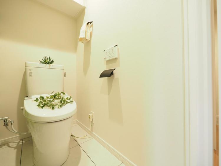 白を基調にしたさわやかな印象のプライベート空間。シャワートイレ。