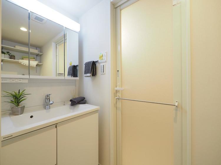シャワー機能付きの洗面台には使いやすい横長ボウル、スマートに収まる収納と充実しています。