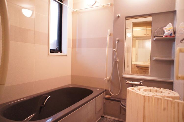 浴室にはシャンプー置き場などもあり、洗い場スペースを広く使えそうです。