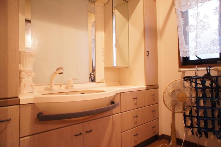 洗面台は収納も豊富ですので、細々した物もきれいにお片付けできますね。