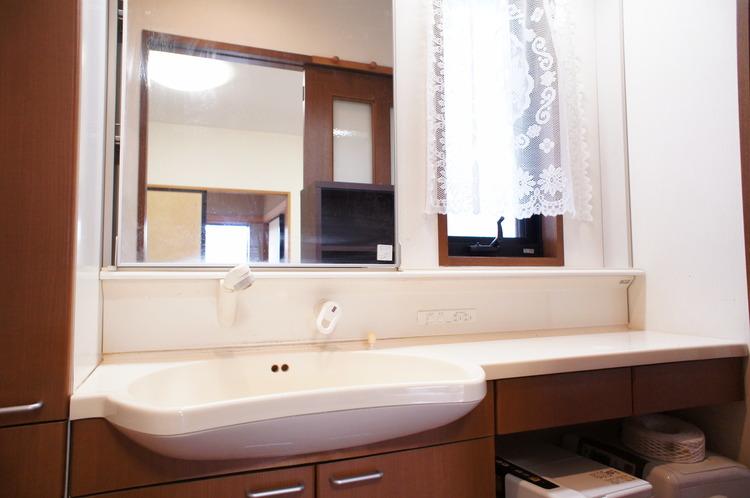 大きな鏡のある洗面台ですので、毎日の身支度も楽ちんです。