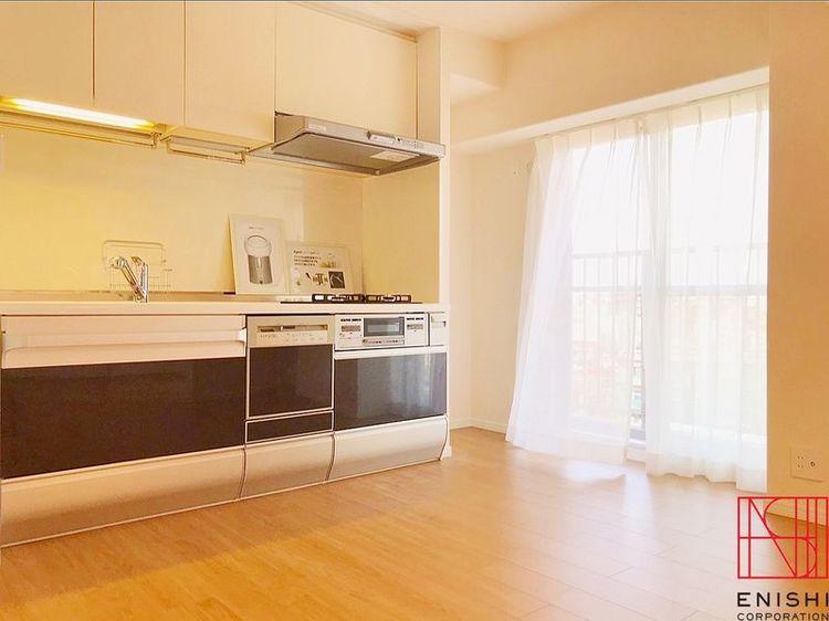 約9.0帖のダイニングキッチン。大きな窓からは心地良いそよ風と陽の光が入り、とても明るいお部屋です。