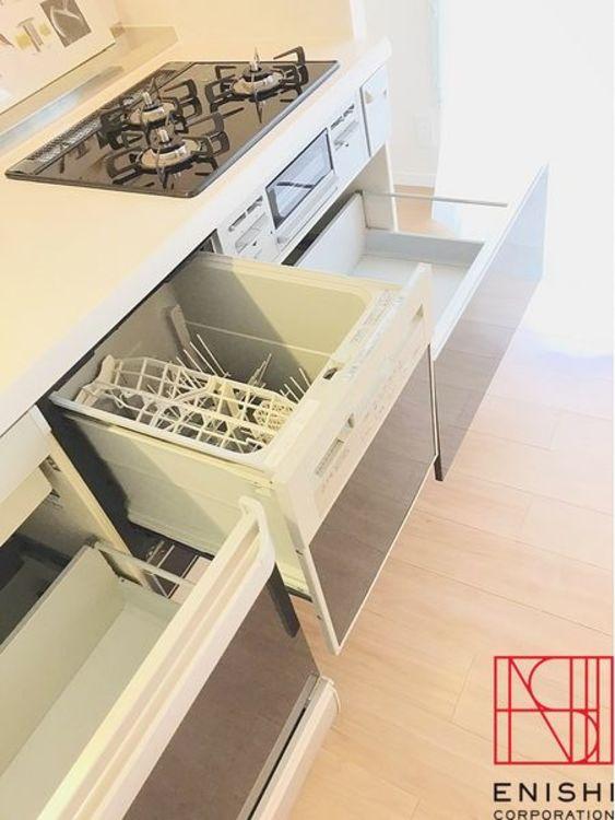 キッチンは食器洗浄乾燥機付きでお食事の後の片付けもラクラク。収納も充実してます。