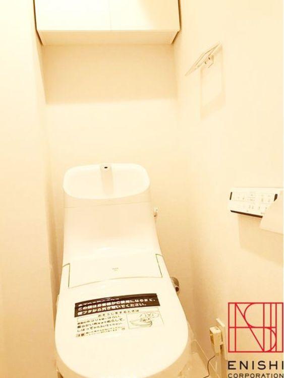 INAX製の温水洗浄便座付きトイレ。洗浄だけでなく、感染症を防止して健康を守ります。